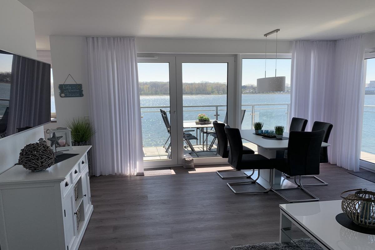 Wohnzimmer mit Blick zum Binnensee