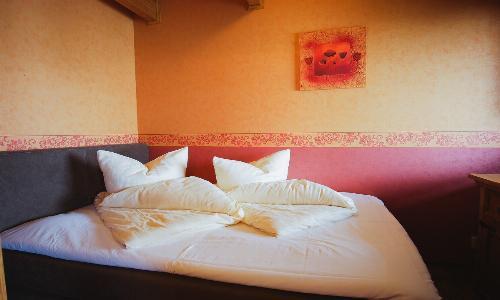 Schlafzimmer mit Doppelbett (140 x 200 cm)